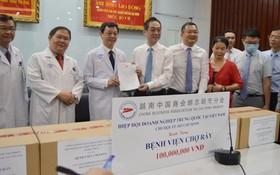 越南中國商會胡志明市分會向院方贊助1億元用於疫情治療工作。