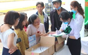 西貢口腔頜面科醫院醫生給市民贈送口罩和殺菌洗手液。