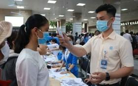 醫護人員為來診病人檢測體溫。