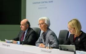 歐洲央行行長拉加德(中)在新聞發佈會上介紹情況。(圖源:新華社)