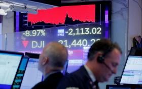 新型肺炎疫情陰霾不散,全球股票市場非常動盪,歐美股市連續兩個交易日大跌,其中道指重挫2300點,是近33年來最大跌幅。 (圖源:路透社)