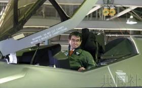 日本防衛相河野太郎15日訪問航空自衛隊三澤基地,視察了正在部署的最尖端隱形戰機F-35A,搭乘了停機狀態的戰機。(圖源:共同社)