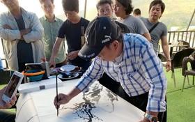 市美術協會特地安排人民藝人張路畫家引導水彩畫。