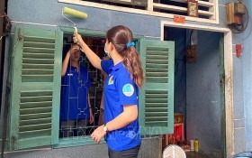 青年為貧戶粉刷住房。(圖源:越通社)