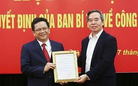 中央經濟部長阮文平(右)向阮德顯同志頒授人事委任《決定》。(圖源:嘉欣)