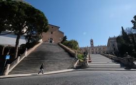晴朗藍天之下的羅馬街頭幾乎空無一人。(圖源:路透社)