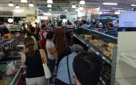 菲律賓呂宋島強化社區隔離 超市貨架被掃空菲律賓呂宋島強化社區隔離,超市貨架被掃空。(圖源:互聯網)菲律賓呂宋島強化社區隔離,民眾恐慌搶購。(圖源:互聯網)