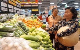 各家連鎖超市將必需品大減價以刺激購物需求。