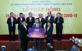 ACB代表人象徵性向越南祖國陣線中央委員會捐贈100億元,以購買醫療物資及設備。(圖源:TNO)
