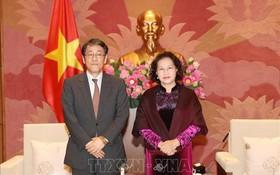 國會主席阮氏金銀(右)接見日本駐越南大使梅田邦夫。(圖源:越通社)