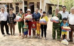 向高棉族同胞派發禮物。