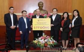 越南祖國陣線中央委員會主席陳清敏(右三)象徵性接領由T&T集團為新冠肺炎疫情防控工作捐助的50億元。