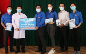 市青年聯合會主席吳明海向古芝野戰醫院醫護人員贈送防控新型肺炎疫情醫療物資。