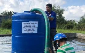 地方政府採用水塔儲水,逐漸供應給遠離駁船靠岸地點的民眾。(圖源:蔡芳)