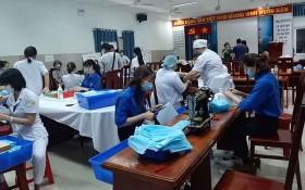 第十一郡共青團發動全體共青團員、護士及其它部門的職員共同縫紉醫療口罩。