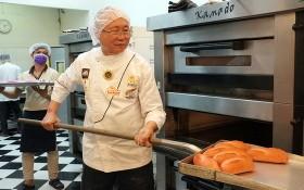 國際烘焙師高肇力製做營養麵包送給醫護人員。
