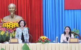 黨中央政治局委員、黨中央書記、中央民運部長張氏梅(左)在會上講話。(圖源:清創)