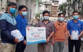 共青團市委代表向市民贈送抗菌洗手液。