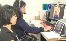 新富郡紅玉小學五年級學生黃河、愛玲居家線上學習。