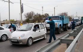 工作人員對入城車輛進行檢查。(圖源:新華社)