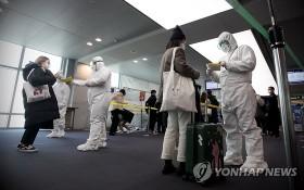 3月22日,在仁川機場,韓國陸軍首都軍團特攻團官兵協助檢疫工作。(圖源:韓聯社)