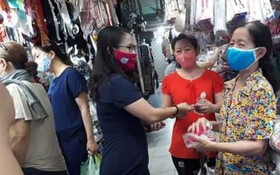 第十一郡婦聯會昨(30)日組團前往該郡各傳統市集進行宣傳及派發口罩。
