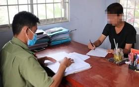 上傳失實消息的鄧玉清被傳召到派出所向調查員陳詞。(圖源:警方提供)