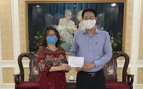 該協會辦公室主任張四妹(左)已代表將款項轉交給市越南祖國陣線委員會常務副主席阮成忠。