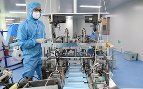 工作人員在醫用外科口罩生產車間工作。(圖源:新華社)