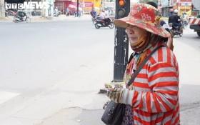 一名彩票兜售者在路口兜售彩票。(示意圖源:互聯網)