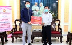 千禧龍傳媒 CFO 曾慶賢先生代表公司來捐贈抗疫物資。