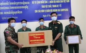 第七軍區司令部代表人(右二)向柬國軍隊代表人贈送防疫物資。(圖源:越通社)