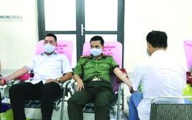 市公安廳幹部及戰士們參加志願捐血活動。