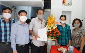 第五郡越南祖國陣線委員會向華人貧困戶李寶移交溫情屋。
