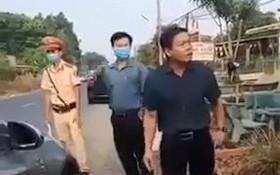 外出不戴口罩且拒測體溫者劉文清(右)現場怒罵防疫執勤人員。(圖源:視頻截圖)