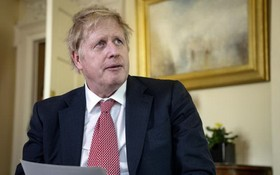 當地時間4月12日,英國首相約翰遜出院,通過視頻發文感謝醫護人員。(圖源:AP)