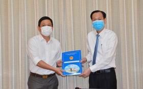 陳春田同志(左)從市人委會常務副主席黎清廉手中接過人事委任《決定》。(圖源:越勇)