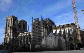 如今,事故發生一週年之際,受新冠肺炎疫情影響,巴黎聖母院的修復工作暫時被擱置。(圖源:互聯網)
