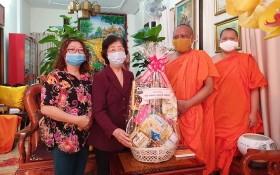 劉金華主席(左二)向名倫大師贈送禮品。