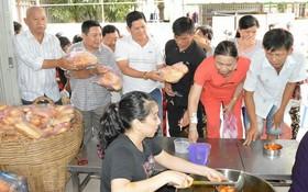 福慧慈善組在一次向病人贈送慈善餐。