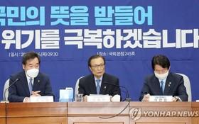 在國會,共同民主黨黨首、常任選舉對策委員會委員長李海瓚(中)進行發言。(圖源:韓聯社)