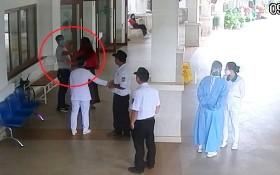 阮文雄(紅圈示)防疫期間陪妻子到大勒環美醫院看診,但進門時拒絕接受體溫測試,隨後還打罵保安員鬧成大事。(圖源:視頻截圖)