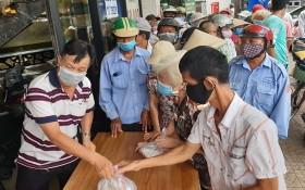 食得福海鮮酒樓向貧困者派發慈善餐。