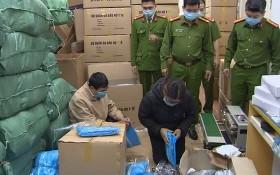 職能力量突檢德英公司倉庫時發現大量冒牌劣質防疫物資。(圖源:玉英)