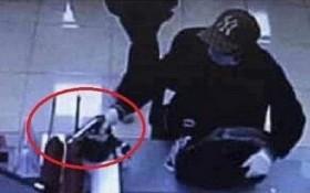 持槍打劫銀行的嫌犯已向汪秘市公安機關投案自首。(圖源:監控視頻截圖)