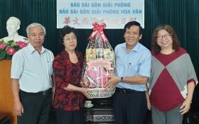 《西貢解放報》副總編輯、本報主編阮玉英(紅藍)與記者等親切接待代表團。
