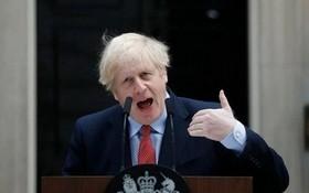 4月27日,英國首相鮑里·斯約翰遜在唐寧街10號發表致辭,這是他從新冠肺炎康復後重返工作崗位的第一天。(圖源:AP)
