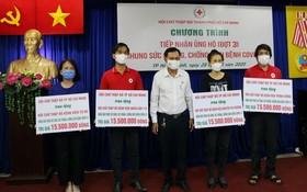 4家醫院紅十字會代表接受醫療用品。