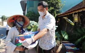 家境貧困的高齡者獲贈送禮物。
