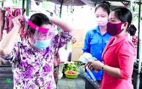 巴迫街市商販戴上防護面罩防疫。